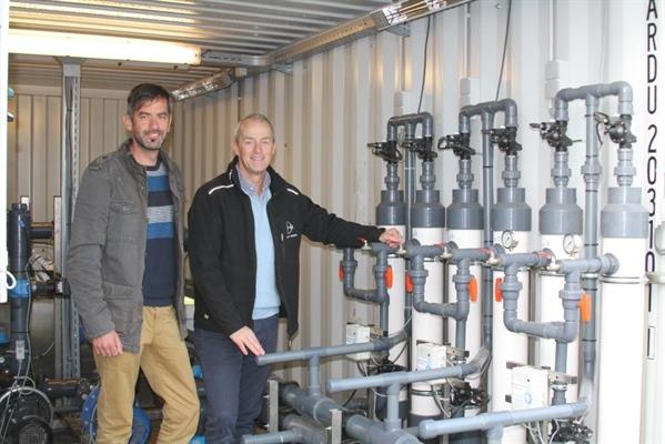 De eigenlijke ontsmetting bij aardbeienteler Robbin Kenis in Minderhout gebeurt door middel van drie ultrafiltratie-units die zijn ingebouwd in een container. Peter Melis en Gunther Vermeiren lichtten de techniek toe.